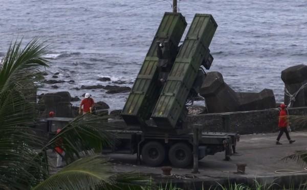 軍方在成功基翬漁港碼頭堤防架設天弓二型飛彈的發射載具。(民眾提供)