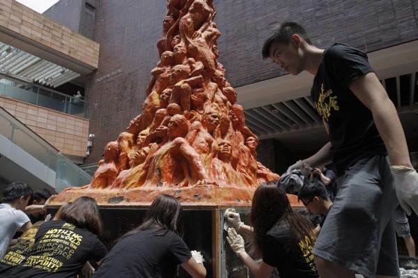港大學生會在校內刷淨「國殤之柱」,藉此悼念六四死難者。(美聯社)