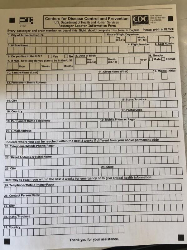 機上乘客被要求填寫健康自評問卷,並全數待在機上隔離。(圖擷取自推特)