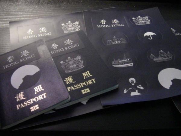 香港居民拿香港國護照貼紙不怕出入關受阻,因為他們只要拿身分證就可以通關。(圖擷取自《HKFP》)