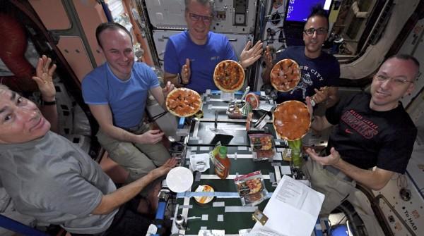 國際太空站日前舉行太空史上第一次披薩派對,6名太空人在無重力環境下製作義大利美食。(美聯社)