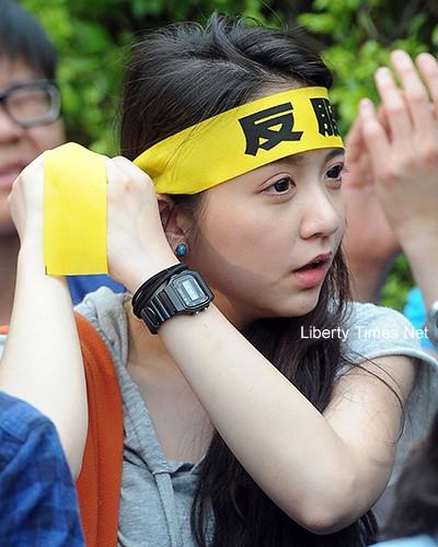 太陽花學運佔領立法院第二天,一位女學生綁上反服貿的頭巾。(資料照,記者王敏為攝)