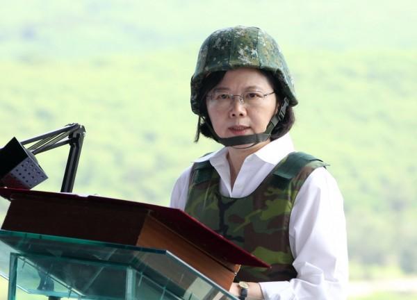 總統蔡英文今日穿戴鋼盔、防彈背心,至恆春視察「漢光32號演習─聯勇操演」實彈射擊。(記者簡榮豐攝)