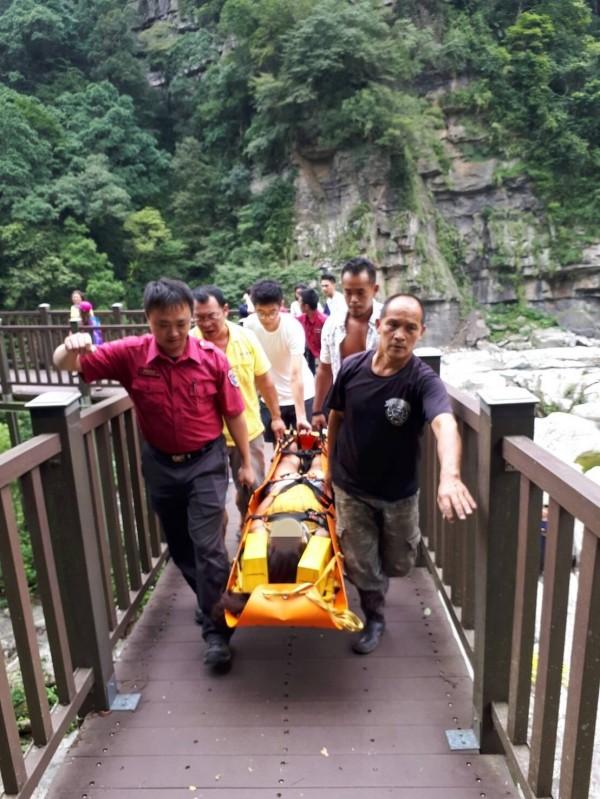 救難人員將何女救起送醫。(記者彭健禮翻攝)