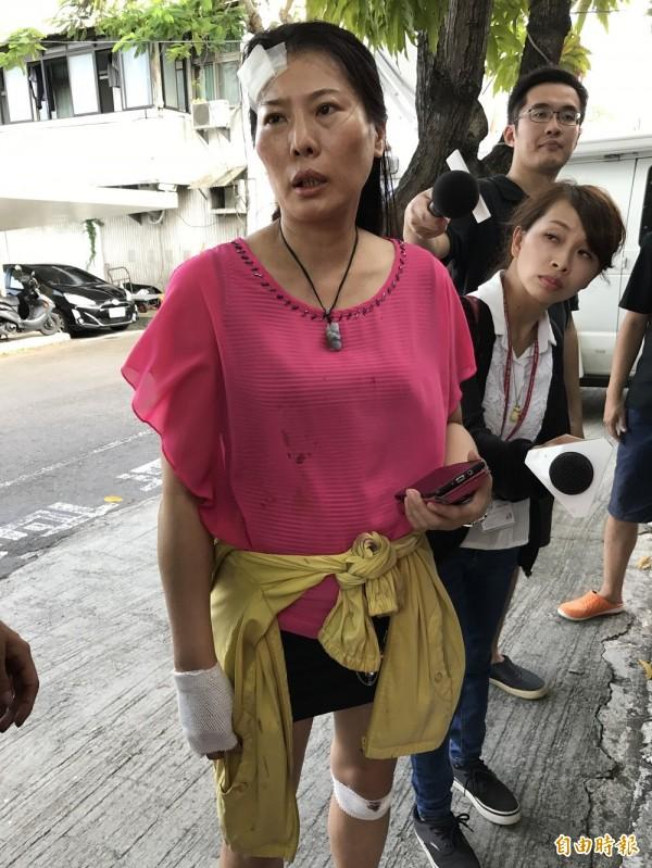 鍾珮珊裝錢的包包在車禍中不見了,相當苦惱。(記者洪臣宏攝)