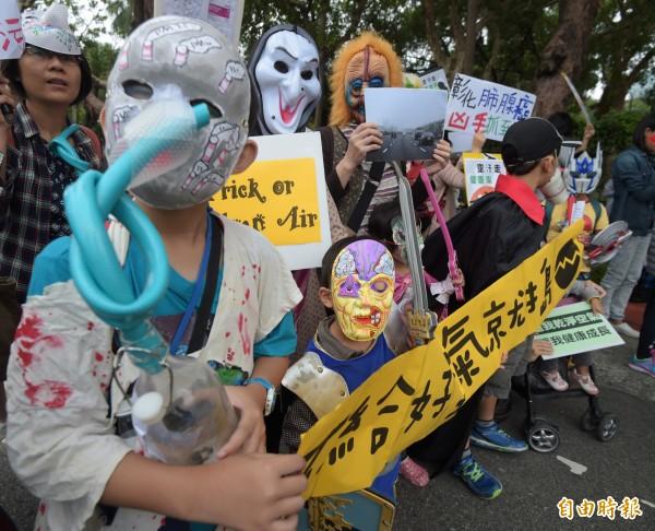 小朋友穿著各種萬聖節裝扮參加活動。(記者王敏為攝)