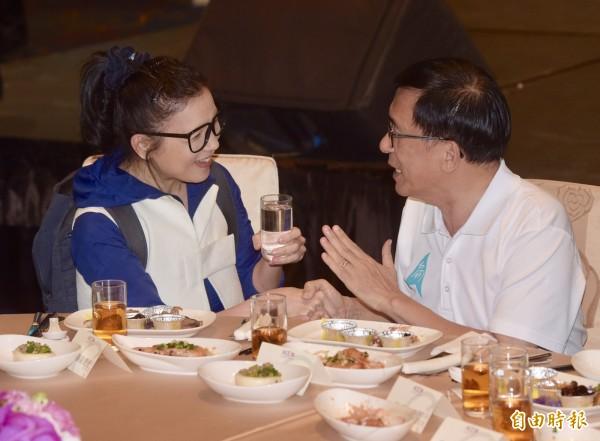 凱達格蘭基金會4日舉辦13週年感恩餐會,前總統陳水扁出席,統促黨發言人璩美鳳會中突然出現在阿扁身邊。(記者黃耀徵攝)