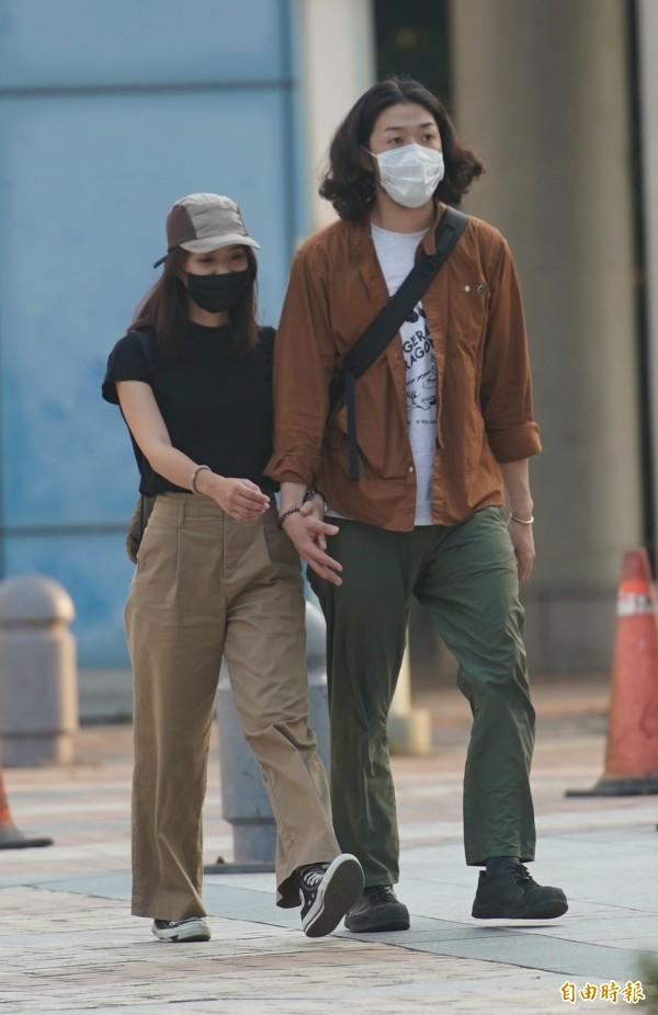 行政院環保署晚間發布空氣品質監測報告,南部地區一度高達17監測站達「對敏感族群不健康」等級,提醒民眾外出時,記得配戴口罩。(記者黃志源攝)