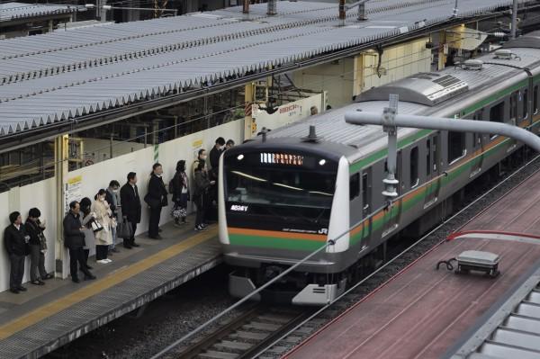 32岁的中国男子被控在2016年4月15日上午6点,从浦和车站搭乘电车至新都心车站的过程中,对邻座20多岁的年轻女性隔著衣服抚摸屁股。图为日本电车。(彭博)
