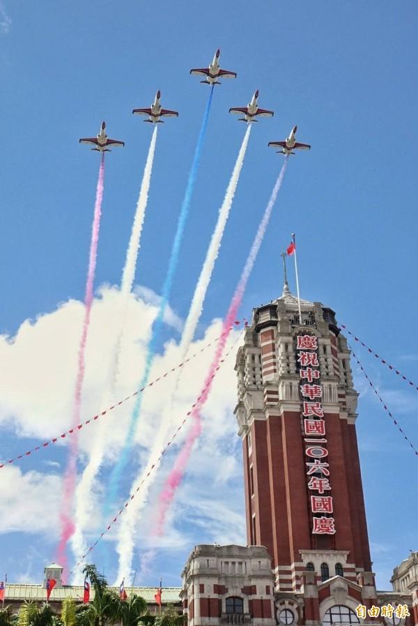 雷虎小組飛過總統府超震撼。(記者方賓照攝)