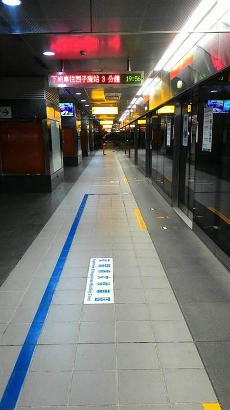 主播岑永康昨晚在臉書PO出數張高雄捷運美麗島站的照片,畫面中顯示時間是晚間近8時,車站月台卻空蕩蕩。(圖擷取自岑永康臉書)