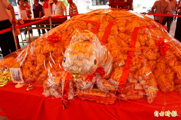 An effigy of a turtle made out of sacks of garlic is displayed at Chen An Temple in Yunlin County's Jioucyong Township on Thursday.