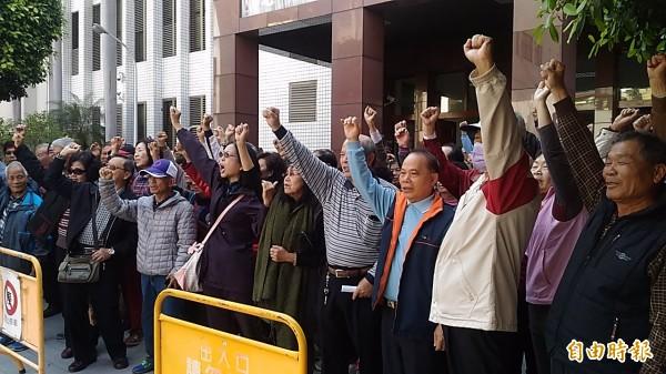 李全教支持者在法院前高呼口號,抗議司法已死。(記者蔡文居攝)