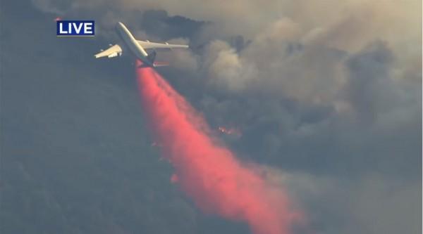 當局出動波音747協助噴灑阻燃劑。(圖擷取自YouTube)