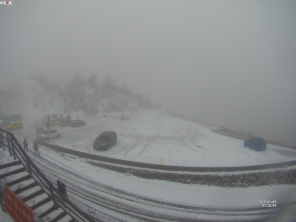 在山上的網友PO網宣告合歡山下雪了。(合歡山玩雪團提供)