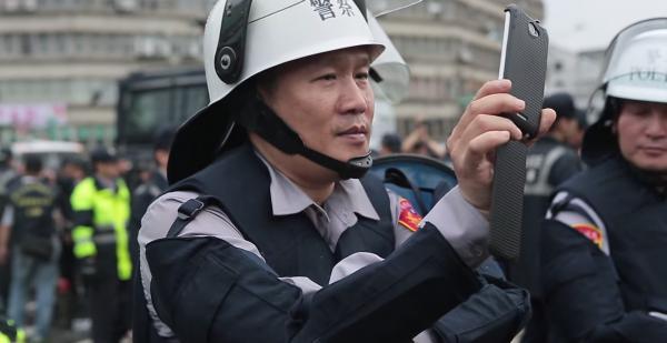 民眾錄影指出,員警蕭湘瀚也「反錄影」,認為自己沒錯。(圖擷取自YouTube)