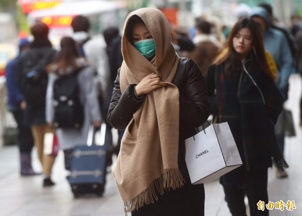 明(12)日寒流及輻射冷卻影響,氣溫明顯偏低,天氣乾冷;台灣各地及澎湖、金門、馬祖大多為多雲到晴,僅東半部地區及西半部山區有零星短暫雨。(記者簡榮豐攝)