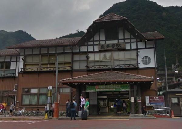 日本小鎮奧多摩有條件地免費送屋給外地人青壯年,且額外提供房屋修繕津貼。(翻攝Google地圖)