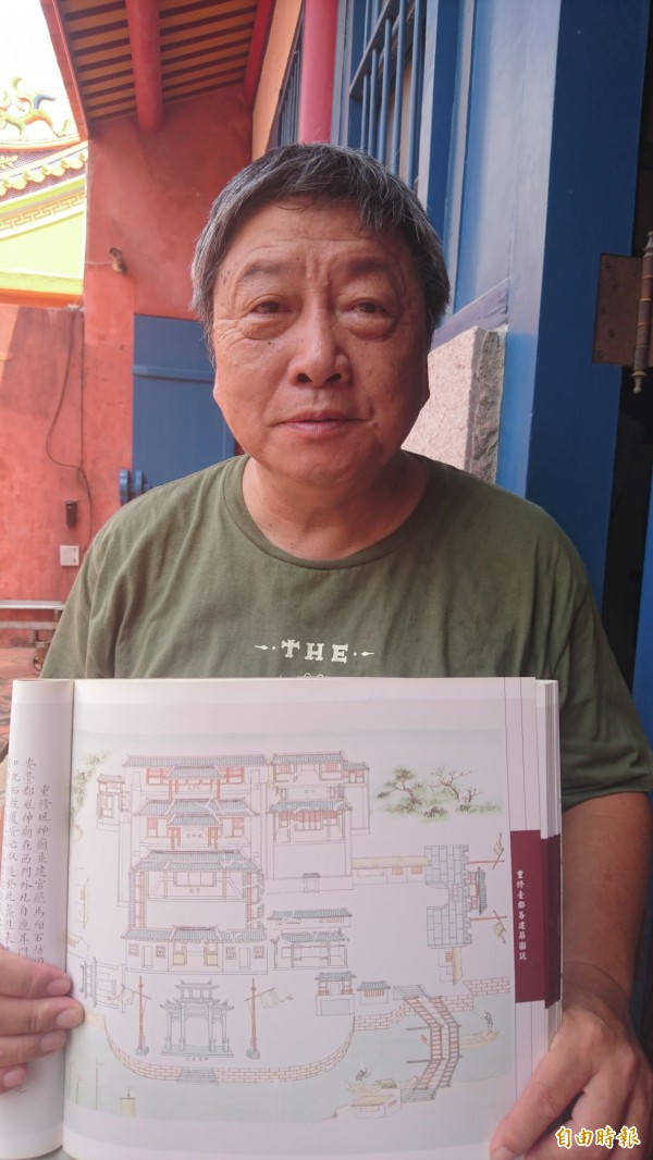 台南市文化協會邀民眾一起看圖碑聽府城故事。(記者劉婉君攝)