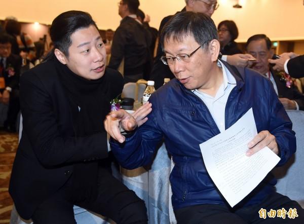 時代力量擬自推人選出戰台北市長選戰,黨籍立委林昶佐(左)有機會在年底與台北市長柯文哲(右)正面交鋒。(資料照)