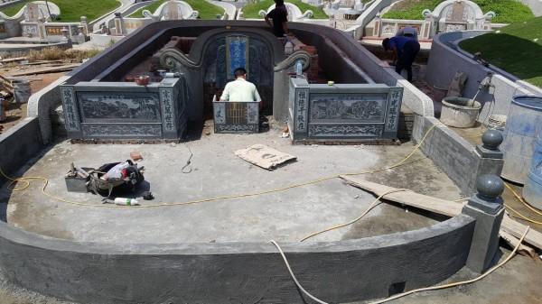 蔡家兄弟在墓園工作造墳。(蔡明億提供)