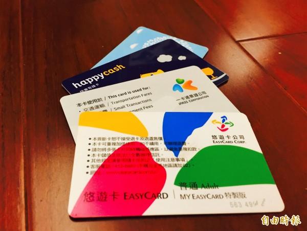 金管會表示,已經與悠遊卡公司達成協議,將以「記名卡」提供線上支付。(資料照,記者王孟倫攝)