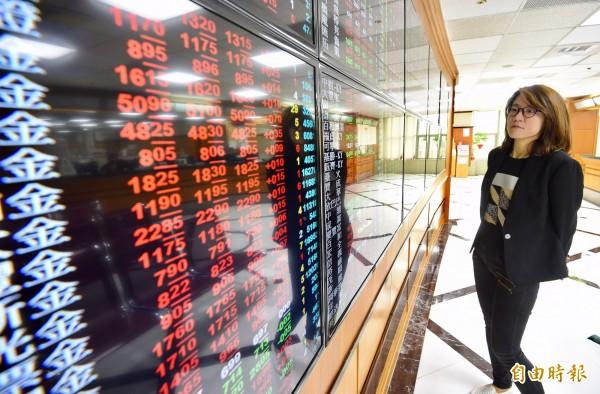 台股在大立光(3008)股價創歷史新高帶動下,指數收復9700點關卡,不過由於追價意願不高,終場加權股價指數上漲84.72點,收在9717.41點,成交值僅701億元。台股示意圖。(資料照,記者羅沛德攝)