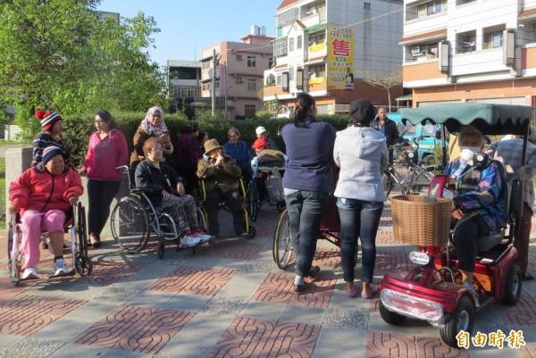 不少外籍看護工都會推著老人們到公園曬太陽,以享受這難得陽光及溫暖。(資料照,記者林良哲攝)