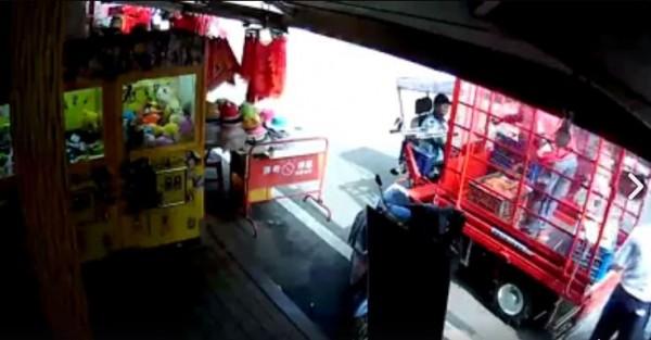 一名阿伯乘坐電動車,不小心撞到搬運車,沒想到搬運車駕駛嗆聲「衝三小」,引起許多網友不滿。(圖擷取自爆料公社)