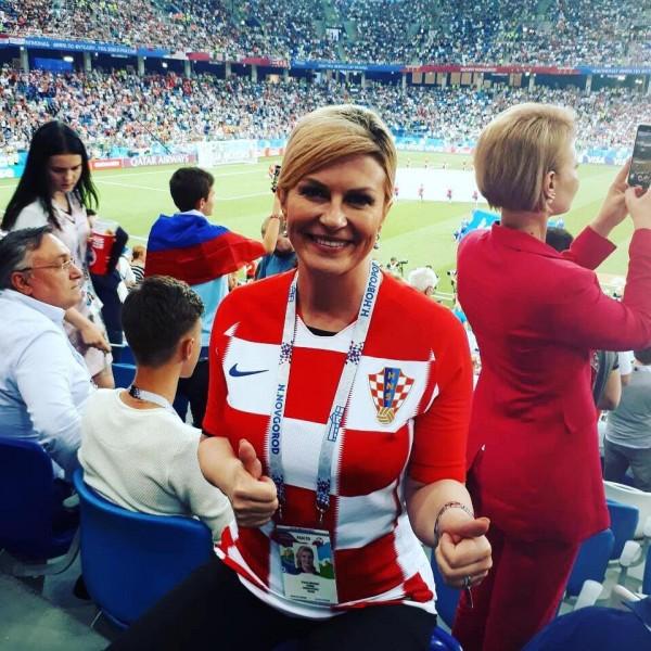 總統也融入球迷,在場邊一起為球員加油。(翻攝Kolinda Grabar-Kitarović FB)