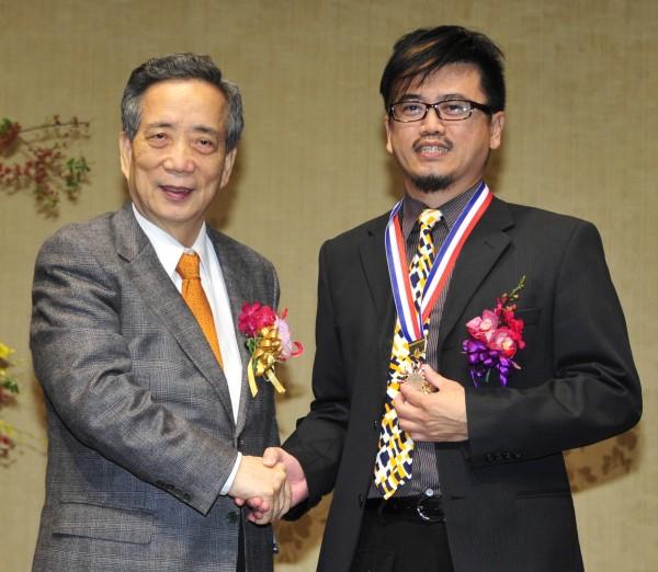 第37屆吳三連文學獎頒獎典禮,黃光男(左)頒獎給水墨畫家陳炳宏。(記者潘少棠攝)
