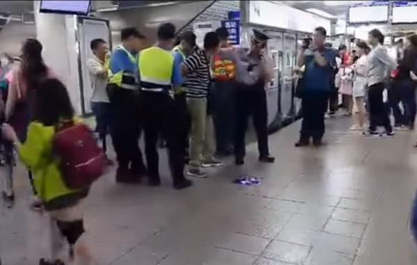 男子蓄意處發火災警鈴,還失控攻擊警方。(翻攝自爆料公社)