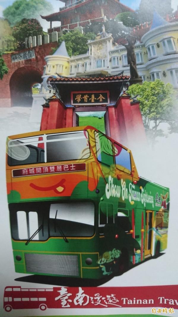 台南開頂雙層巴士未來擬在空氣品質不佳時,以發放口罩因應。(記者劉婉君攝)