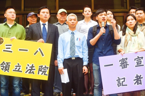The leaders of the Sunflower movement Lin Fei-fan, front row left, New Power Party Executive Chairman Huang Kuo-chang, second left, and Chen Wei-ting, second right, speak at a news conference outside the Taipei District Court yesterday. Photo: Chien Jung-fong, Taipei Times