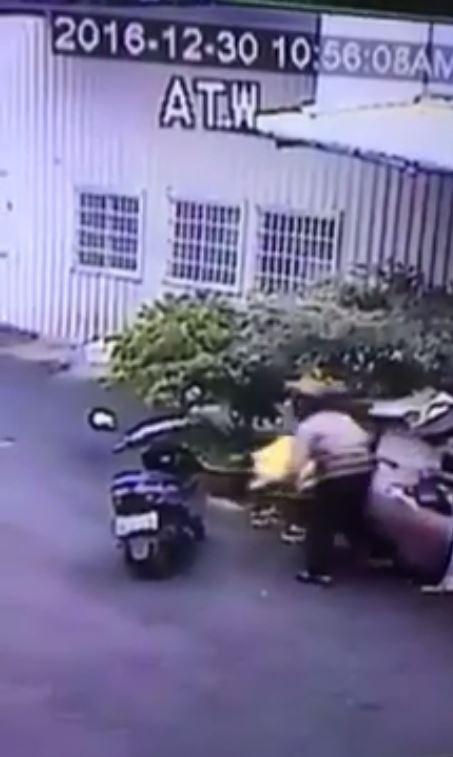一名陌生阿伯到爆料者阿嬤家狂偷阿嬤心苦撿回的紙箱,離譜行徑讓網友看不下去。(圖擷自爆料公社)