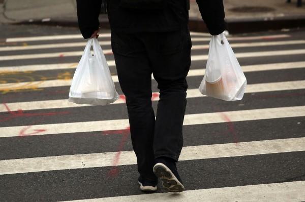 英國政府去年10月開始實施塑膠袋的收費政策;今(30)日公布上半年塑膠袋使用資訊,預估今年度可以省下63.4億個塑膠袋,「減塑」效果驚人。(法新社)