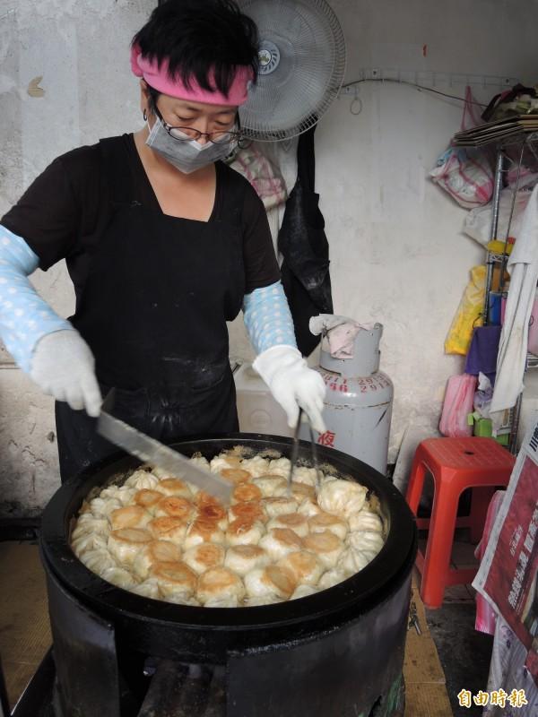 老楊水煎包將兩面都煎到金黃酥脆,口感紮實。(記者翁聿煌攝)