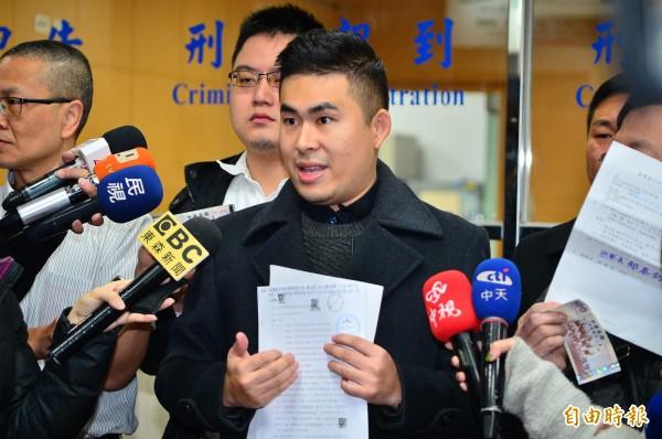新黨青年軍王炳忠等人到台北地檢署領500元證人費。(記者王藝菘攝)