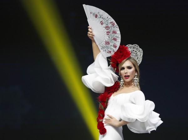 2018环球小姐比赛将在泰国登场,代表西班牙出征的庞塞是赛史首位角逐后冠的变性佳丽,有几家博彩公司下注她将赢得最后荣耀。(欧新社)