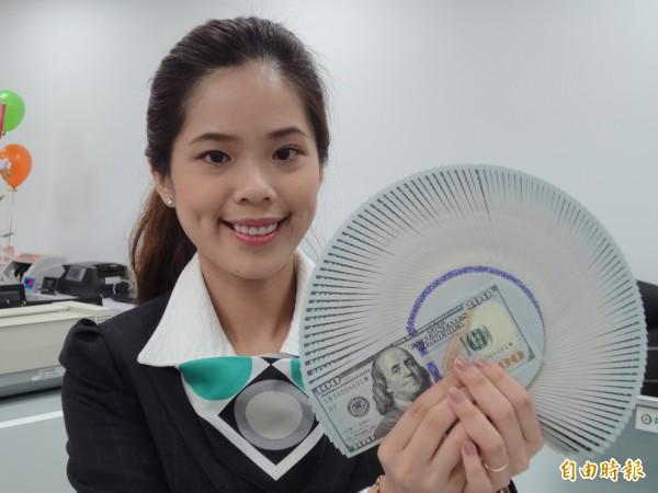 新台幣中午暫以30.463元兌1美元作收,升值6.4分,台北外匯經紀公司成交量為4.04億美元。圖為美元現鈔。(資料照,記者盧冠誠攝)