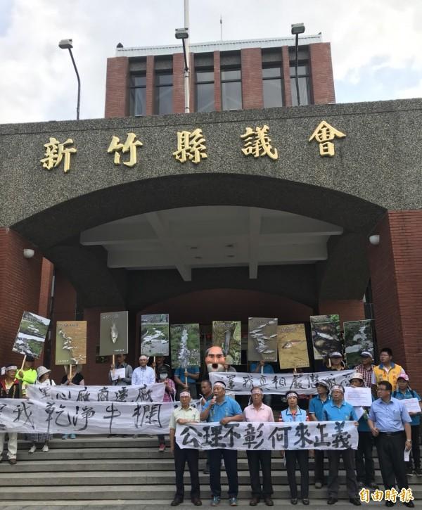 「牛欄河自救會」今天早上到新竹縣議會拉白布條抗議,吸引跨黨派、跨鄉鎮支持者的聲援。(記者黃美珠攝)