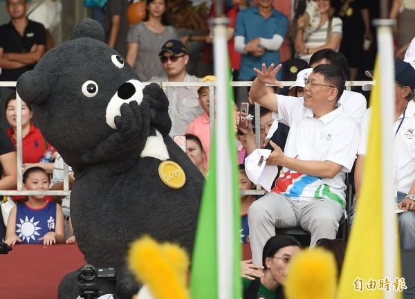 台北世大運812妝遊嘉年華踩街活動12日在東區街頭登場,參與的隊伍賣力為世大運造勢,市長柯文哲(右)與世大運吉祥物「熊讚」在主舞台歡迎遊行隊伍。(記者廖振輝攝)