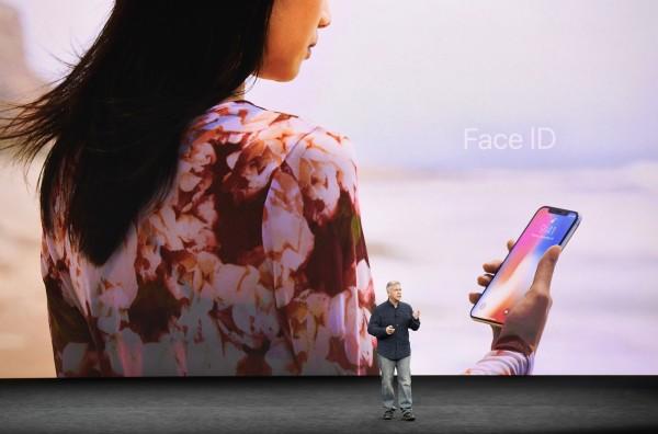許多消費者都擔心「Face ID」的隱私及安全問題,臉部辨識系統執行長布拉肯直言,辨識系統可能會被血親或是雙胞胎所欺騙。(彭博社)