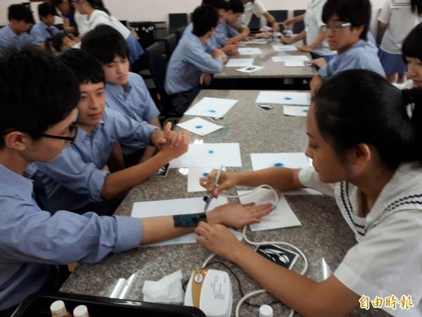 世界高中學生示範噴槍人體彩繪。(記者洪美秀攝)