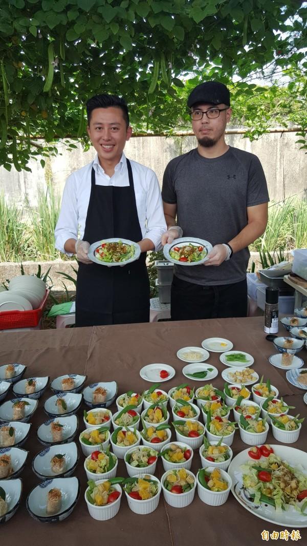 新竹市長林智堅(左)以現場採收的食材做輕食料理。(記者蔡彰盛攝)