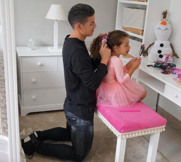 哥倫比亞球星J羅,幫女兒Salomé打扮得像小公主。(取自J羅 IG)