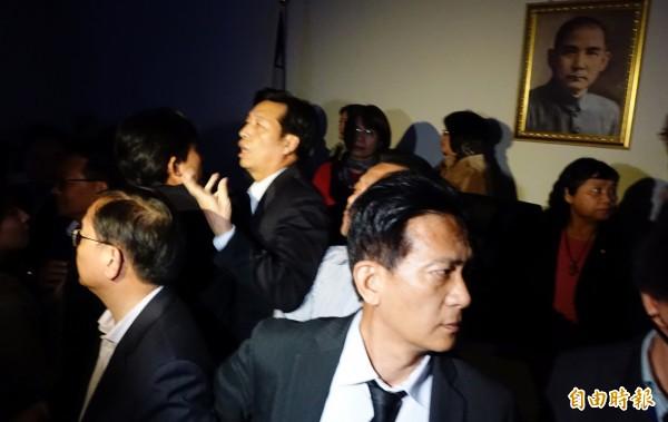 民進黨立院團提案停止討論,全數送出委員會,引發在野黨立委不滿,並發生遭人關閉電源陷入黑暗的插曲。(記者張嘉明攝)
