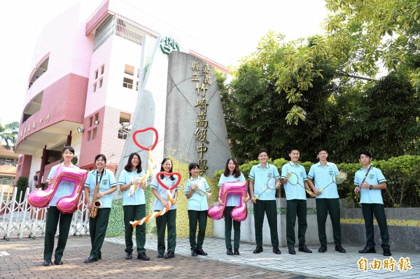 竹崎高中的綠色系校服,在嘉義地區絕無僅有,學生都說辨識度高。(記者曾迺強攝)