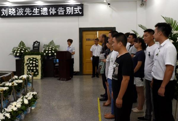 劉曉波的友人質疑,中國官方釋出的一張照片中,出現數名所謂的「劉家親友」,但「這張圖片裡,沒有一個是劉曉波和劉霞的朋友。」(歐新社)