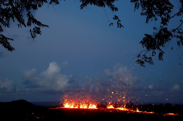 除了火山噴發外,夏威夷大島已經出現高達20道熔岩裂縫,熔岩從裂縫中流出,入侵住宅區。(路透)